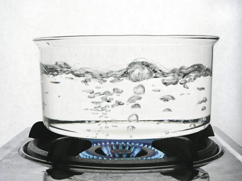 кастрюлю в которую налит 1 кг воды никак не удается довести до кипения
